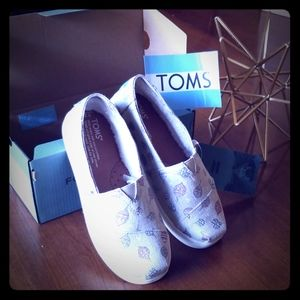 Brand new kids size 2 youth Toms